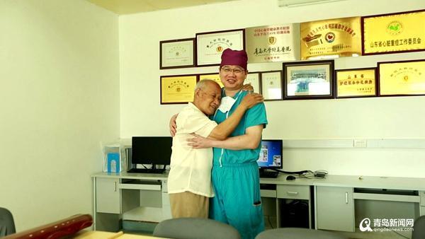 """一张照片暖哭朋友圈:83岁老人的跨城""""婴儿抱"""""""