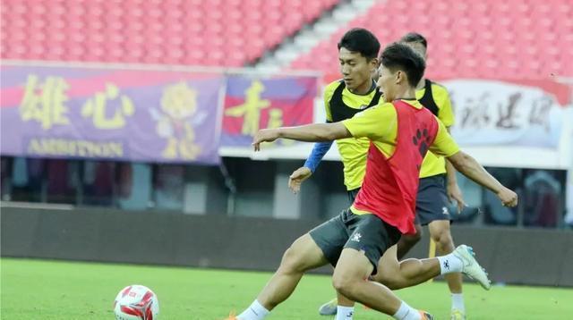 青岛黄海球员踩场训练 中甲第24轮主场对阵广东华南虎