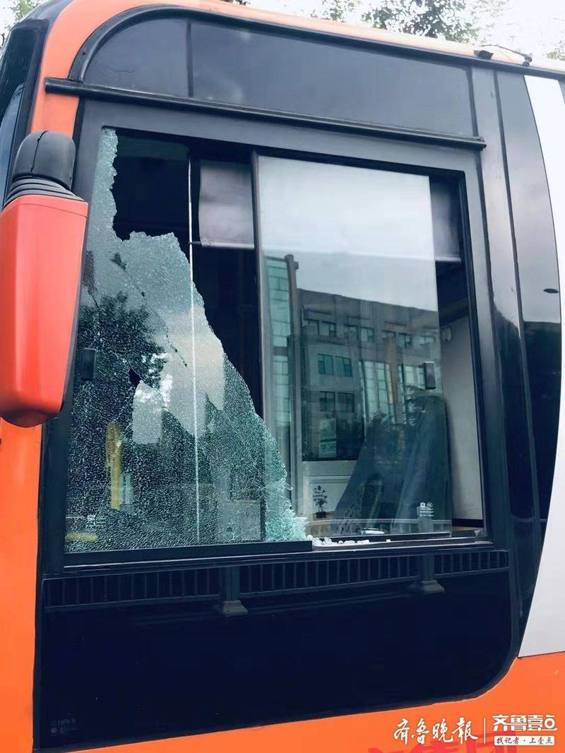 5厘米粗的大螺丝砸向公交司机!125路公交车遇袭