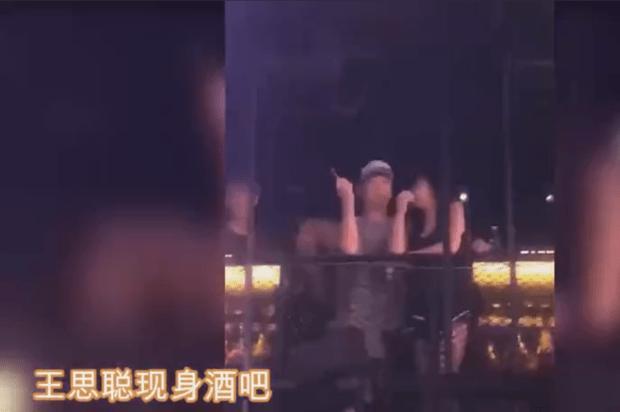 王思聪酒吧被偶遇 一边吸烟一边与网红贴耳热聊