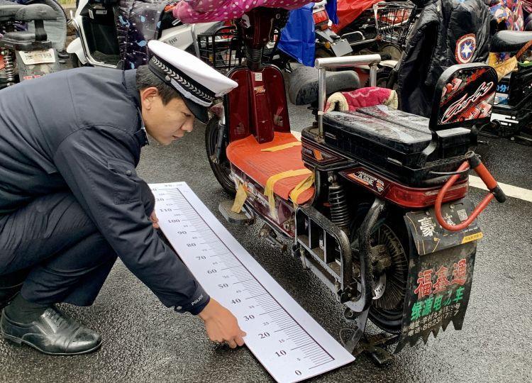 0000001!青岛第一张电动自行车车牌发出!