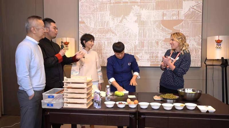 外国人过中国节 俄罗斯友人跟着大厨做年夜饭