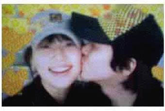 """最近正式承认恋爱的李东健和韩智慧的""""亲亲照""""登上互联网,引起了"""