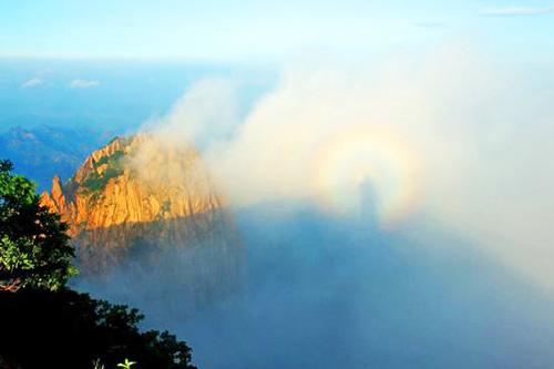 秦皇岛北部祖山风景区顶峰出现的云海景观与奇特的佛光奇观.