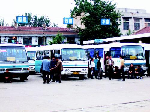 昨天中午,一些乘客在胶州长途车站等待乘车牟成梓摄