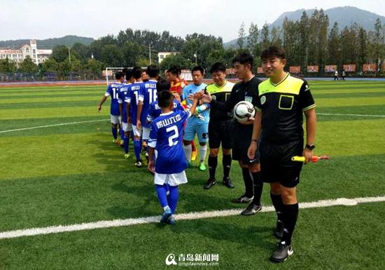 向孝亭中学李政植教练赠送了签名足球,并与韩方教练共同带领双方队员