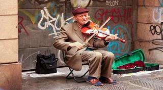 开放的城市容得下持证的街头艺人