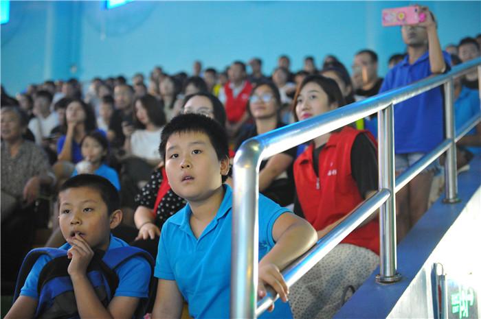 福彩公益课堂带领留守儿童参观极地海洋世界