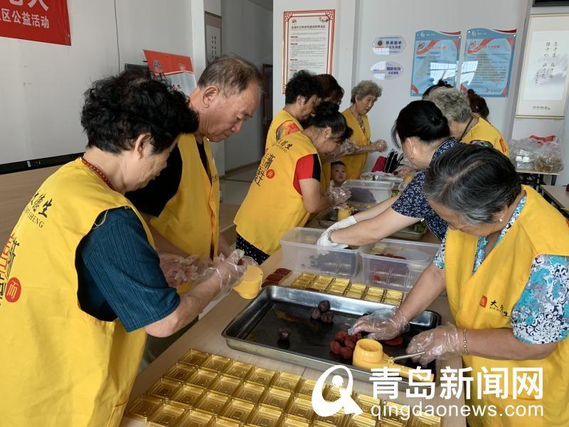 海伦路街道老人喜迎中秋佳节 到社区亲手制作月饼