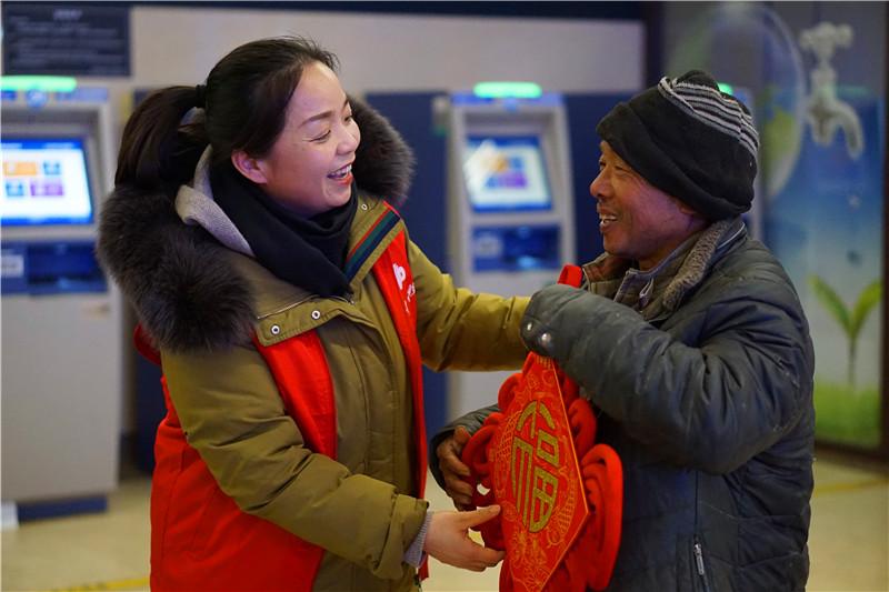 """为奉献者奉献 福彩青年志愿者公益课堂""""暖冬行动""""走进青岛火车"""