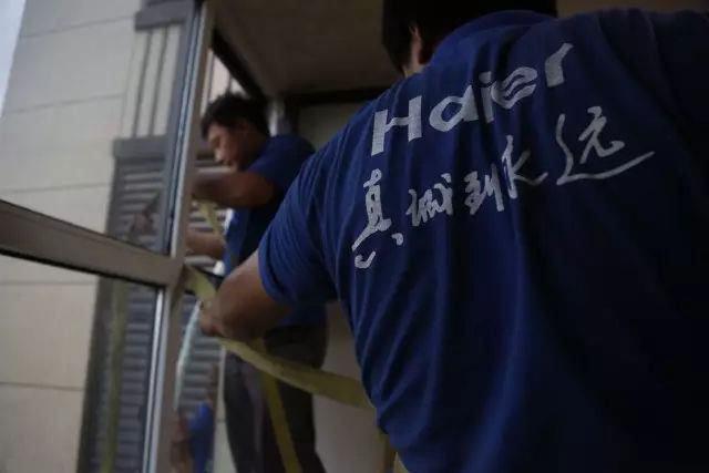 惊险!女孩不慎翻出窗外,海尔服务兵徒手爬窗施救成功!