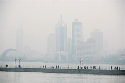 青岛遭遇雾霾天 高楼汽车尾气污染成罪魁祸首