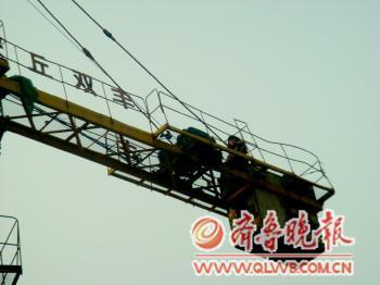 110指挥中心指令:辖区某工地一名女子爬上塔吊欲跳下