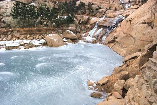在崂山风景区南线黄山口村,瀑布因寒冷而结冰