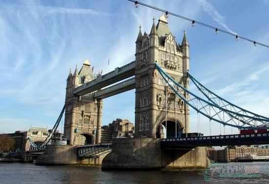阿萌在英国将近两年的时间,却知道毕业典礼临行前才来到伦敦塔桥。站在伦敦塔桥面前觉得自己瞬间变得好渺小,这座塔桥真的是实打实的石桥,特别坚固,尤其是在天气好的时候,蓝天白云映衬的这座桥更加美丽! 敦塔桥高高耸立在泰晤士河上是一座吊桥,最初为一木桥,后改为石桥,现在是座拥有6条车道的水泥结构桥。伦敦塔桥也是伦敦的象征,有伦敦正门之称。桥身分为上、下两层,上层(桥面高于高潮水位约42米)为宽阔的悬空人行道,两侧装有玻璃窗,行人从桥上通过,可以饱览泰晤士河两岸的美丽风光;下层可供车辆通行。当泰