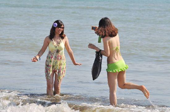 青岛海滨浴场现人海 比基尼美女清凉养眼(组图)