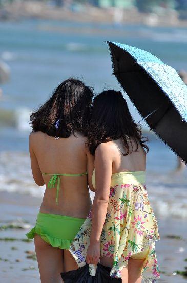 青岛海滨浴场现人海 比基尼美女清凉养眼组图 竖