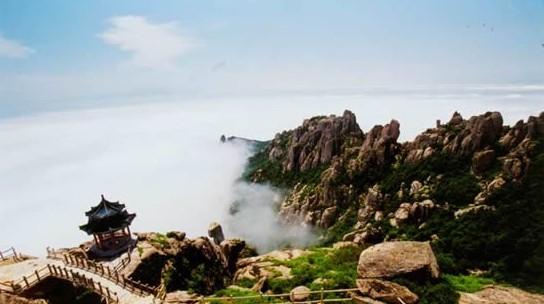 崂山风景区位于青岛市区以东的黄海之滨