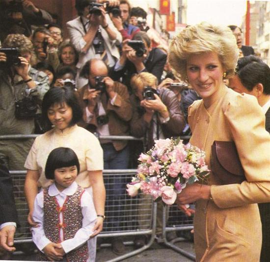 正文    新浪娱乐讯 1997年8月31日,戴安娜王妃在巴黎塞纳河畔遇车祸