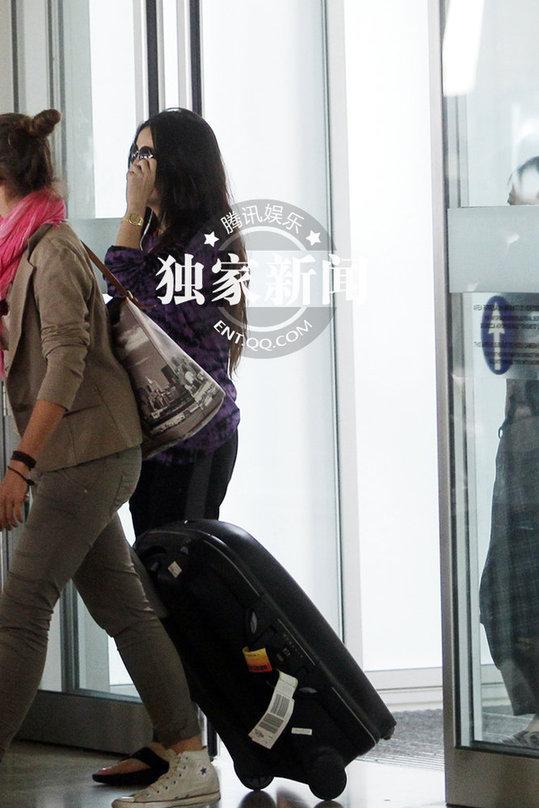 赵薇素颜机场抽烟 穿人字拖戴金表略显不雅(组图)