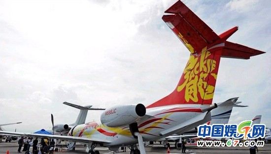 成龙开私人飞机赴演唱会 漂亮空姐亲自选出(组图)
