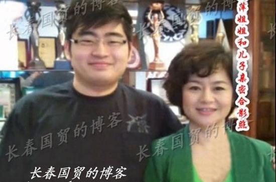 """""""鞠萍姐姐""""20岁儿子与女友生活照"""