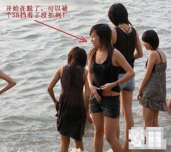 玩水打湿了衣服居然当着江边数百人的面当面换上个