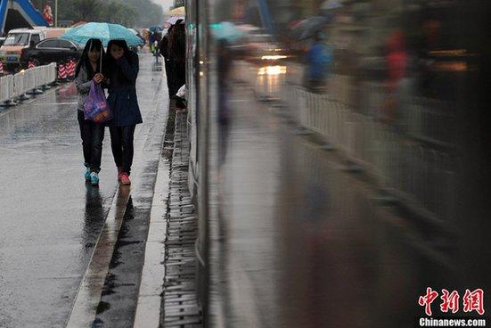 据气象部门预计,降雨时段将集中在14时至20时,累计雨量预计达到中雨量级,但雨强很小,不会影响交通出行。21日后半夜开始,北京将刮4级左右的北风,大风将在22日升级到5级左右,周一北京的最低气温仅为3摄氏度,冷空气影响将在下周二彻底结束,23日暖阳重现最高气温也将重回21摄氏度。