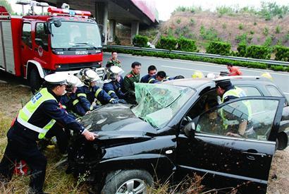 青兰高速昨发车祸3人受伤 越野车严重变形
