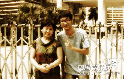 潘石屹的前妻与大儿子潘瑞   那是1992年,北京万通刚刚成立不久,去中关村买电脑的潘石屹碰上了24岁的技术人员姚军。打过几次交道后,潘石屹对他感觉良好,于是请他吃了一顿饭,并盛情邀请姚军加盟北京万通。当时公司在北京怀柔县,条件十分艰苦,留不住人才,很多大学生呆了一个礼拜就一去不返了。后来公司搬到了东二环边的保利大厦,姚军至今仍清楚地记得当时的办公室在518号房间。那时姚军与潘石屹的关系,可
