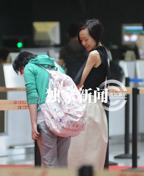 陈鲁豫素颜亮相机场 穿无袖上衣露枯瘦胳膊(组图)