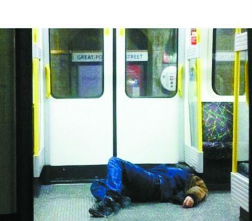 地铁车厢内一男子摸两美女 地铁内男子亲吻女