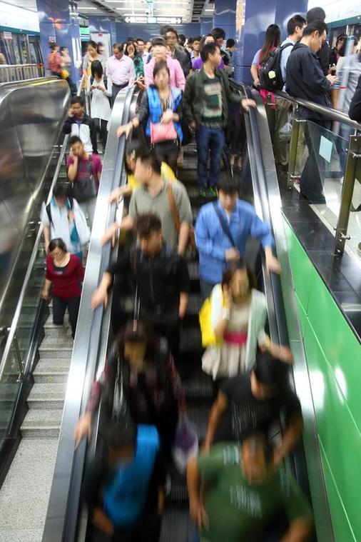 广州地铁故障 乘客自行开车门从隧道摸黑出站(组图)