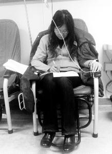 在医院输液坚持改作业的照片-医院输液改作业被网友赞为望京最美女
