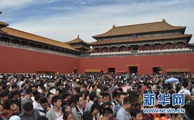 据报道,有记者采访在今年中秋国庆8天长假加班的部分国企,外企,私企