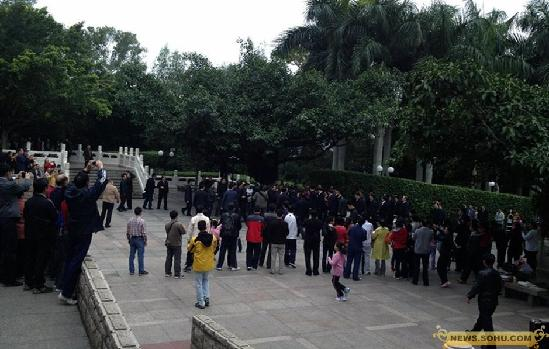 12月8日,习近平来到深圳莲花山,向邓小平雕像敬献花篮.