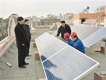 居民楼顶安装太阳能发电 余量上网方式并入青岛电网