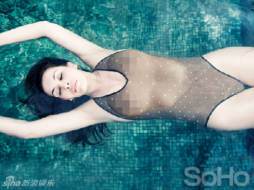 女星携母泳池全裸出镜 似姐妹花雪白胴体撩人(图)