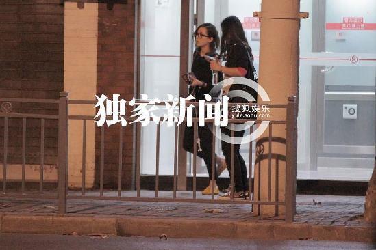 刘诗诗深夜吃街边大闸蟹 素颜戴眼镜仍纯美(组图) - 青岛新闻网