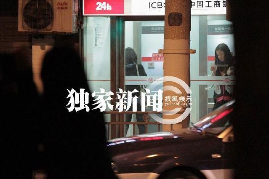 刘诗诗深夜吃街边大闸蟹