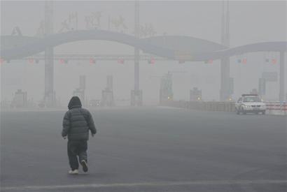 青岛9天雾霾重度污染 汽车尾气为罪魁祸首