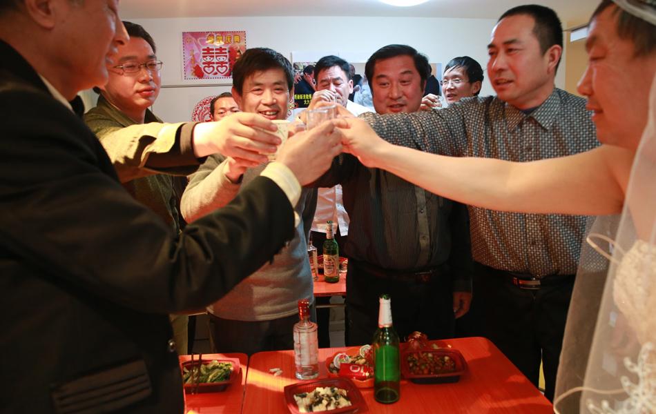 男同性恋互玩大鸡巴的小说_中国最老男同性恋者完婚 互称大宝小宝(组图)