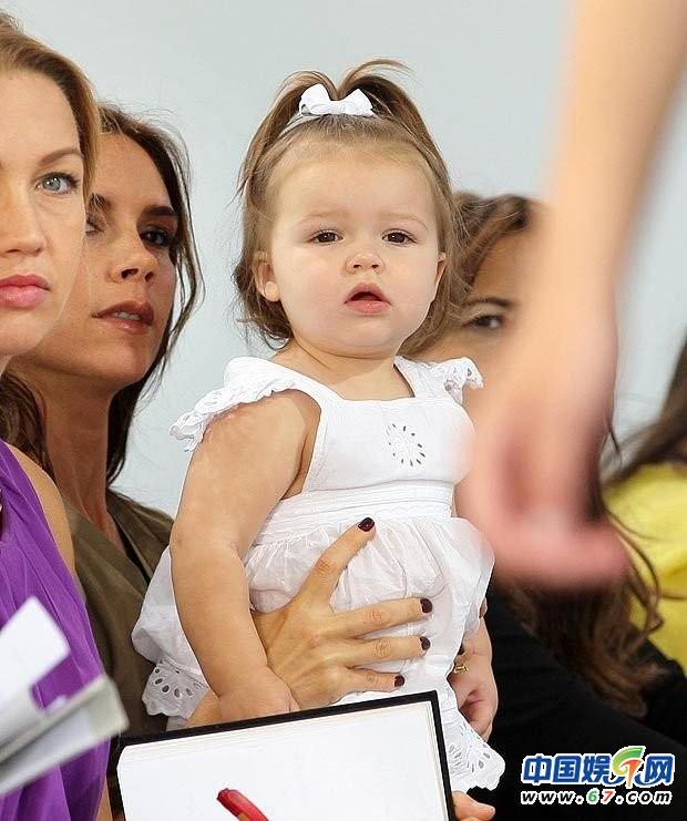 女兒 貝克漢姆 小七/貝克漢姆女兒小七19個月四次看秀網友:長大要逆天圖片