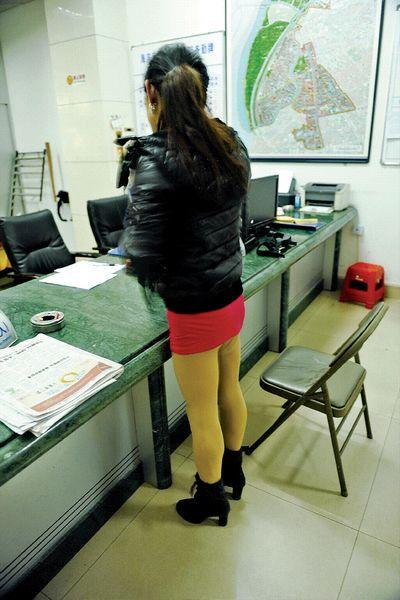 警方夜查站街女服务店图片