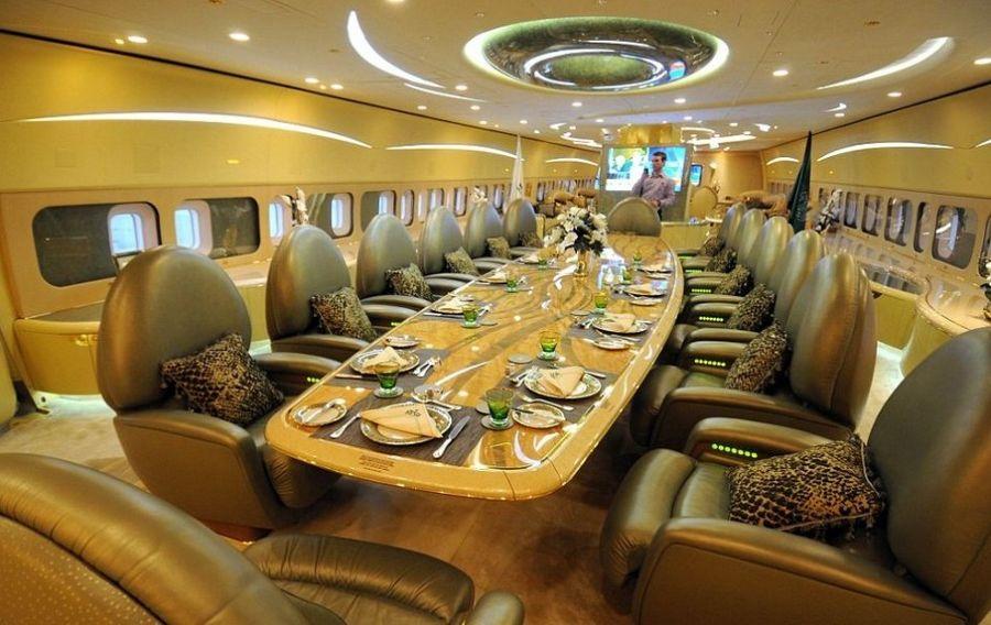 http://www.qingdaonews.com/images/attachement/jpg/site1/20130312/001d094935da12a92f972b.jpg /enpproperty-->   乘坐飞机对普通人而言是无聊而不适的经历,但对于有钱人来说,要将享乐进行到底,一切皆有可能。摄影师尼克格莱斯日前公布了部分罕见的富豪私人飞机图片,让我们得以大开眼界。格莱斯是专门拍摄私人豪华飞机的摄影师,由于大部分富豪不愿透露身份,故约90%的摄影作品不予公开。这批公开照片中的飞机主人们包