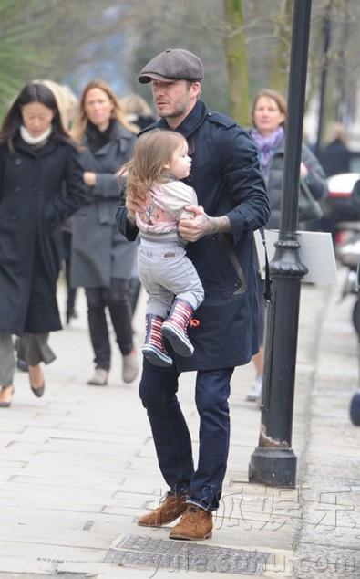 潮爸贝克汉姆领女儿出街 小七时尚着装似小辣