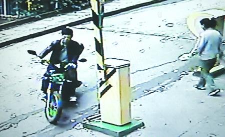 王平/男子骑王平的摩托驶出文化宫后门视频截图
