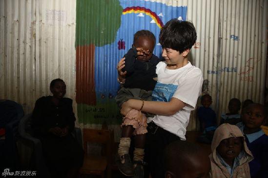 写真 海清/海清现身非洲做公益派送糖果抱小孩亲和力十足受追捧
