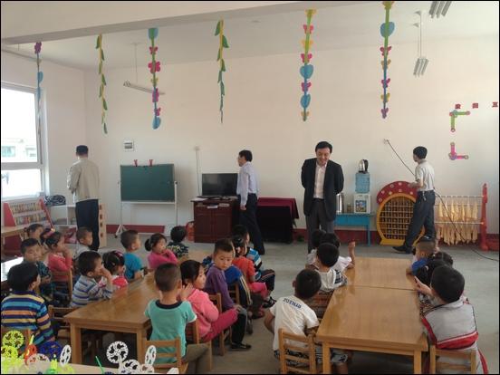 http://www.qingdaonews.com/images/attachement/jpg/site1/20130531/0026c75a97981312b53504.jpg /enpproperty--> 5月31日上午,平度市万家幼儿园举行了隆重的开园仪式。青岛电视台、平度市委的领导参加开园仪式并讲话,海信集团副总裁刘浩代表海信集团现场向幼儿园捐赠了10台32吋高清液晶电视,作为孩子们六一儿童节的节日礼物。  平度市原万家镇是一个贫困镇,在学龄前儿童基础设施建设方面亟待改善,新