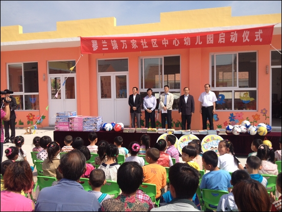 http://www.qingdaonews.com/images/attachement/jpg/site1/20130531/0026c75a97981312b53504.jpg /enpproperty--> 5月31日上午,平度市万家幼儿园举行了隆重的开园仪式。青岛电视台、平度市委的领导参加开园仪式并讲话,海信集团副总裁刘浩代表海信集团现场向幼儿园捐赠了10台32吋高清液晶电视,作为孩子们六一儿童节的节日礼物。
